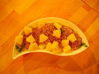ananas weizenkekse mit kokos sesam geröstel sowie kräuterrührei mit vollkornbrötchen