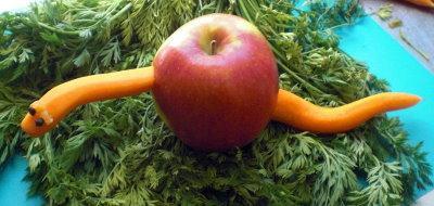 apfelwurm apfel mit möhre als deko für das buffet oder kalte platten