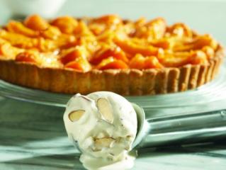 aprikosen tarte mit eiscreme und gerösteten mandeln