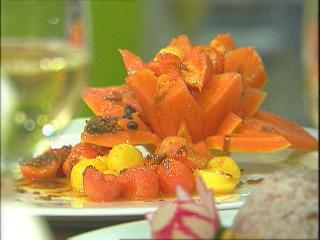 asiatischer mango papaya salat in der papayaschale