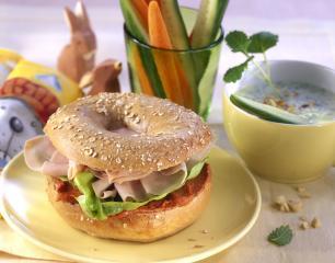 bagel mit putenschinken und mandel melissen dip mit gemüsesticks