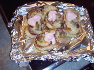 baguettebrötchen lecker belegt mit käse überbacken