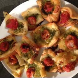 blätterteig fingerfood gefüllt mit pesto tomate und mozzarella