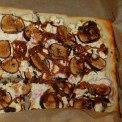 blätterteig pizza vom blech mit feigen ziegenkäse und karamelisierten zwiebeln