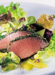 braten vom hirsch im kräutermantel auf eichblattsalat