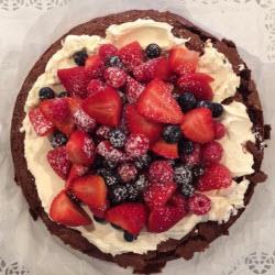 brownie kuchen mit mascarpone und frischen früchten