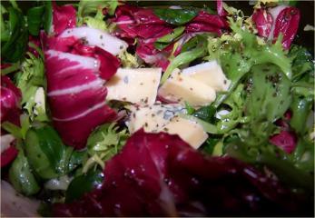 bunter salat mit blauschimmelkäse und brennesselsamen