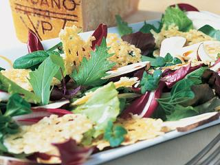 bunter salat mit grana padano chips