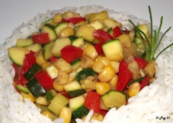 buntes zucchinigemüse mit basmatireis