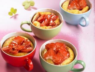 cheesecake aus der tasse mit erdbeeren