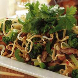 chinesische nudeln mit schweinefleisch und gemüse chow mein