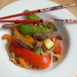 chinesische nudelpfanne mit rindfleisch