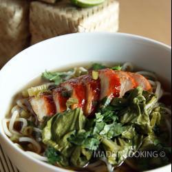 chinesische suppe mit glasiertem hähnchen