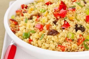 couscous salat mit paprika tomaten und frischer minze