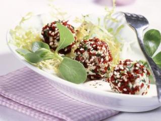 cranberry frischkäsekugeln auf salat