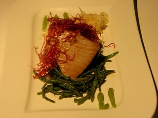 duett vom heiß geräucherten honig lachs heilbutt mit thai spargel an bunten frühlingssalaten