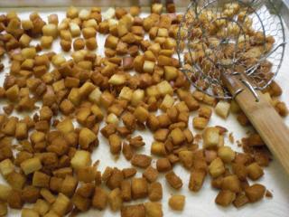 einfache croutons geröstete brotwürfel als topping für suppen und salate