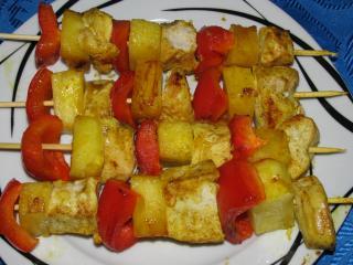 einfache hähnchenbrustspieße mit paprika und ananas aus der pfanne