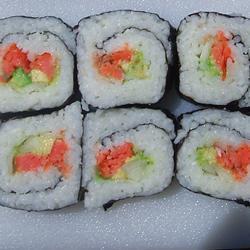 einfache sushirolle mit räucherlachs