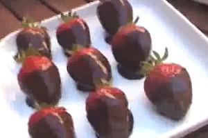 erdbeeren in dunkler schokolade