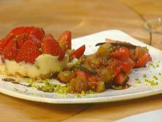erdbeertörtchen mit amaretto creme und rhabarberkompott