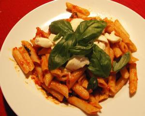 farfalle mit mozzarella und tomaten