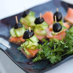 fingerfood mit räucherlachs und oliven
