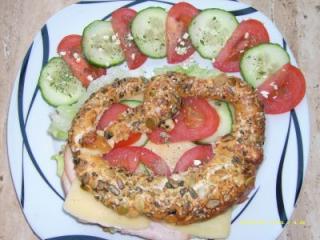 fitness brezel mit käse putenbrust tomate und gurke