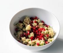 frischer kräuter couscous salat mit granatapfel
