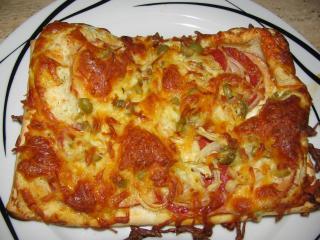 frischkäsepizza mit hähnchenbrust und salami