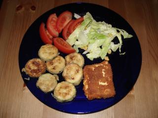 frittierter schafskäse mit zucchini und salat