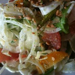 fruchtiger salat mit fenchel und grünem spargel