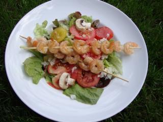 garnelen am spieß auf salat