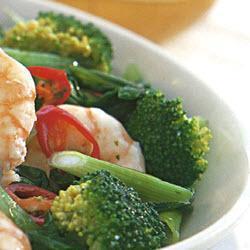 garnelen mit brokkoli pak choi und basilikum