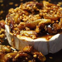 gebackener brie mit feigen und gerösteten mandeln