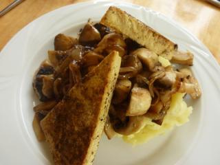gebackener tofu auf stampfkartoffeln und gebratenen champignons