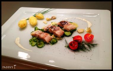 gedünsteter kabeljau auf gurken ingwer salat und angeschwitztem blaumohn