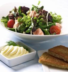 gemischter frühlingssalat mit mariniertem lachs und aioli