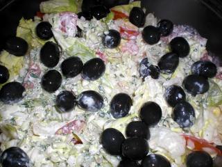 gemischter salat mit fetadressing und oliven