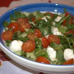 gemischter salat mit mozzarellakugeln bocconcini
