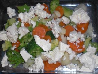 gemüse mit schafskäse und frischen kräutern
