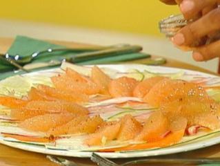 gemüsecarpaccio mit mariniertem truthahn und grapefruit