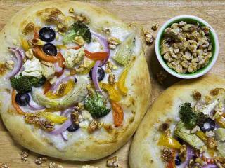 gemüsepizza mit kalifornischen walnüssen