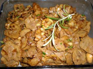 geraspeltes rindersteak in champignon zwiebel rahm