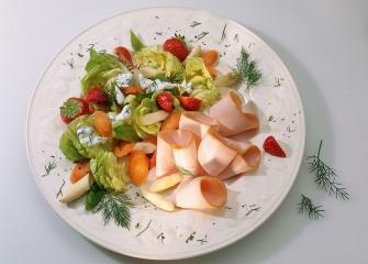 geräucherte putenbrust mit spargel erdbeer salat