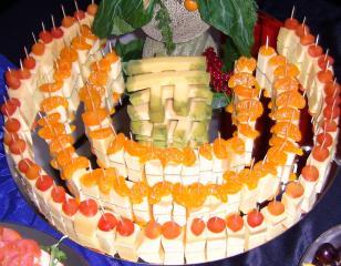 große käsespießchen platte