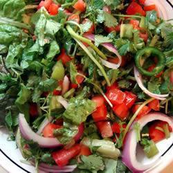 grüner salat mit chili und tomate