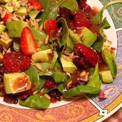 grüner salat mit himbeeren und walnüssen