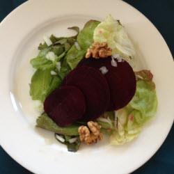 grüner salat mit rote bete