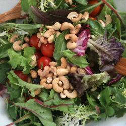 grüner salat mit tomaten und heidelbeeren